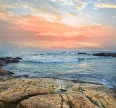 Rivage de la mer au coucher du soleil — Photo