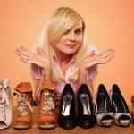 美丽的金发制作关于鞋子 deccision — 图库照片