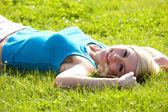 Gelukkige vrouw ontspannen in de zon — Stockfoto