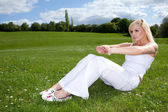 Athletic woman doing the splits — Stock Photo
