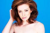 Krásná žena s odhalenými rameny — Stock fotografie