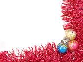 Mångfärgade julgranskulor och röd dekor. — Stockfoto