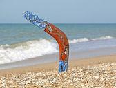 Bumerangue na areia da praia. — Fotografia Stock