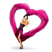 Mladá žena s hedvábnou valentýnské srdce — Stock fotografie
