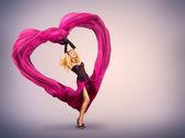 Jonge vrouw met zijde valentine hart — Stockfoto