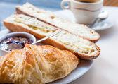咖啡和牛角面包 — 图库照片