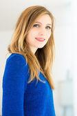 Leende ung attraktiv kvinna若い魅力的な女性は笑みを浮かべて — ストック写真