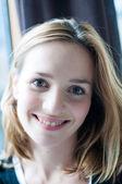 Mujer atractiva joven sonriente — Foto de Stock