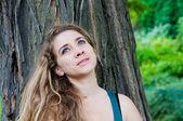 žena s úsměvem na povaze — Stock fotografie