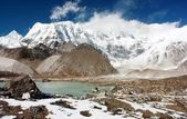 View of cho oyu with lake and cloud — Stock Photo