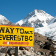 Signpost way to mount everest b.c. — Stock Photo