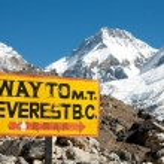 Signpost way to mount everest b.c. — Stock Photo