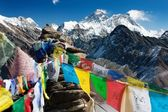 View of everest from gokyo ri with prayer flags — Stock Photo