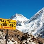 Signpost way to mount everest b.c. and himalayan panorama — Stock Photo