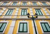 Antik sarı yeşil ahşap pencere Bangkok bina — Stok fotoğraf