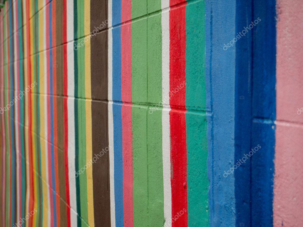 peinture rayures color es sur mur de briques ciment photographie prapass 9898386. Black Bedroom Furniture Sets. Home Design Ideas