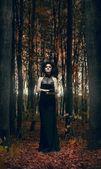 Mulher em uma floresta de outono — Foto Stock