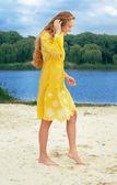 Jovem mulher atraente cabelos compridos na roupa amarela na praia do Rio — Fotografia Stock