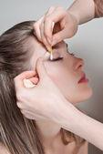 Het verwijderen van make-up van gezicht — Stockfoto