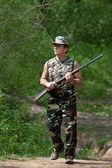Cazador caminando con rifle — Foto de Stock