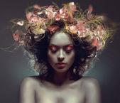 портрет творческой красоты с розовыми рейфов в волосах — Стоковое фото