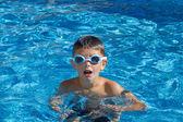 Gözlük yüzme havuzu ile çocuk — Stok fotoğraf
