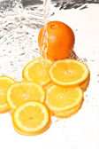 Water splash en oranje — Stockfoto