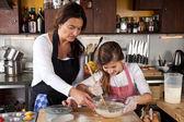 Mor och dotter tillsammans i köket — Stockfoto