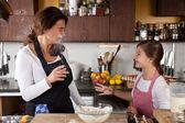母亲和女儿一起在厨房里 — 图库照片