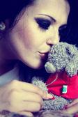 красивая брюнетка, целуя ушатек — Стоковое фото