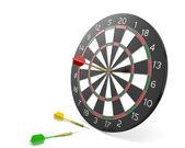 Een dart raken het midden van de raad van bestuur en twee gemist — Stockfoto