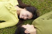 对年轻夫妇在草地上的爱 — 图库照片