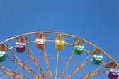 Fondo de cielo azul y rueda de la fortuna — Foto de Stock