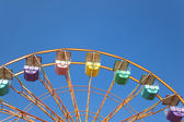 摩天轮和蓝色天空背景 — 图库照片