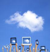 云计算 concept.hands 持有计算机笔记本电脑智能手机平板电脑和触控板 — 图库照片