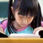 学校教室で勉強している女の子 — ストック写真