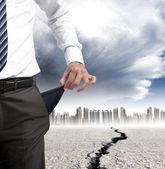 Geschäftsmann, seine leeren taschen und finanzkrise-konzept — Stockfoto
