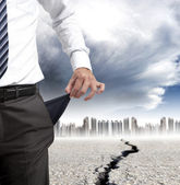 Zakenman tonen zijn lege zakken en financiële crisis concept — Stockfoto