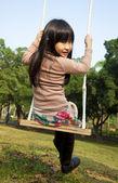 Dziewczynka na huśtawce — Zdjęcie stockowe