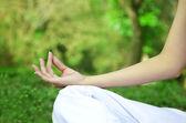 Kadın closeup yoga pose eller — Stok fotoğraf