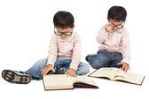 Barn läser boka på golvet och isolerad på vit — Stockfoto