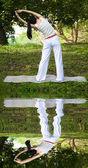 Chica del yoga con agua reflectante — Foto de Stock