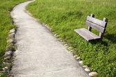 изогнутые дороги с стулом в парке — Стоковое фото