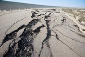Gebarsten weg na aardbeving — Stockfoto