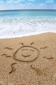 Zeichnung lächelnd symbol der sonne am strand — Stockfoto