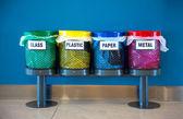 Corbeilles colorées dans un lieu public — Photo