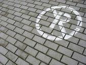 禁止停车标志喷洒在路面上的白色 — 图库照片