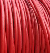 Kırmızı plastik hortum ya da kablo kadar haddelenmiş — Stok fotoğraf