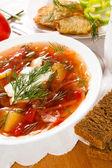 Russische traditionelle borschtsch auf einem tisch — Stockfoto