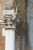 Colonna di marmo. corridoio di città. ferrara. emilia-romagna. italia. — Foto Stock